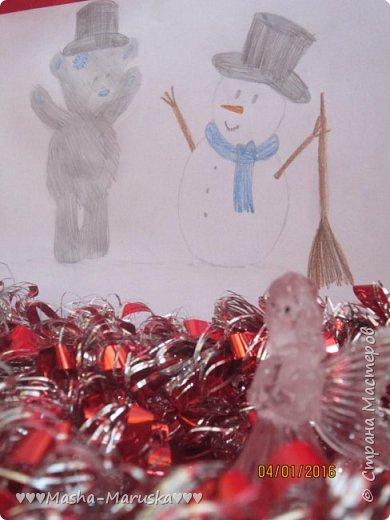 """Привет, любители рисования! Сегодня я сдаю работу на конкурс """"Новогодние герои"""". Мой новогодний герой это всеми любимый Тедди. Плюшевые мишки тоже готовятся к праздникам. Представляю к вашему вниманию два рисунка. Первый рисунок """"Подготовка к празднику"""". На нём изображён мишка Тедди. В его лапах коробка с надписью """"Декорации"""". На голове Тедди надет новогодний колпак. На картинке можно увидеть надпись """"НоВыЙ гОд!"""". фото 11"""