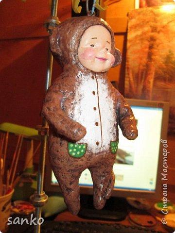 """Ёлочная игрушка в технике ватного папье-маше - """"малыш в костюме обезьянки"""". Не успела доделать- как прибежали и отобрали!)))) Даже нормально пофоткать не успела. фото 3"""