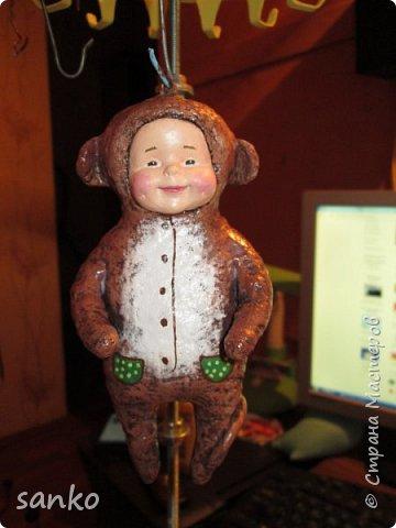 """Ёлочная игрушка в технике ватного папье-маше - """"малыш в костюме обезьянки"""". Не успела доделать- как прибежали и отобрали!)))) Даже нормально пофоткать не успела. фото 4"""