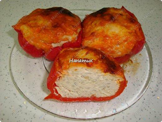 Доброй ночи. Хочу поделиться рецептом моих перчиков в духовке. -750 кур.филе -рис 2/3 кружки, которая объемом 300мл -1 луковица -1 яйцо куриное -соль по вкусу -приправа для мяса -болгарский перец 3шт -растит.масло для смазывания формы -майонез примерно 100г -кетчуп примерно 100г  фото 1