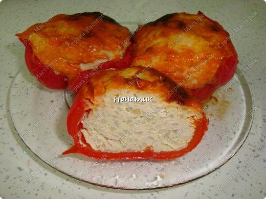 Доброй ночи. Хочу поделиться рецептом моих перчиков в духовке. -750 кур.филе -рис 2/3 кружки, которая объемом 300мл -1 луковица -1 яйцо куриное -соль по вкусу -приправа для мяса -болгарский перец 3шт -растит.масло для смазывания формы -майонез примерно 100г -кетчуп примерно 100г  фото 11