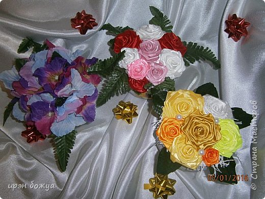 """эти подарки сделаны сотрудницам отдела у которых день рождение в январе:1,5 и 11 числа. Розы сделаны из ленточек, а """"фиалки"""" это готовые цветы. фото 16"""