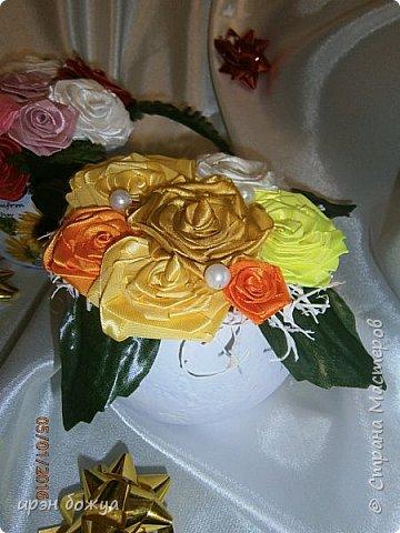 """эти подарки сделаны сотрудницам отдела у которых день рождение в январе:1,5 и 11 числа. Розы сделаны из ленточек, а """"фиалки"""" это готовые цветы. фото 2"""