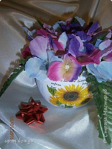 """эти подарки сделаны сотрудницам отдела у которых день рождение в январе:1,5 и 11 числа. Розы сделаны из ленточек, а """"фиалки"""" это готовые цветы. фото 7"""