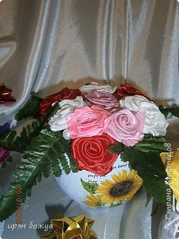 """эти подарки сделаны сотрудницам отдела у которых день рождение в январе:1,5 и 11 числа. Розы сделаны из ленточек, а """"фиалки"""" это готовые цветы. фото 11"""