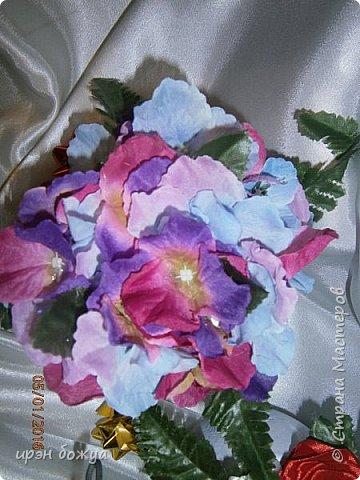 """эти подарки сделаны сотрудницам отдела у которых день рождение в январе:1,5 и 11 числа. Розы сделаны из ленточек, а """"фиалки"""" это готовые цветы. фото 8"""