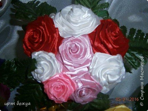 """эти подарки сделаны сотрудницам отдела у которых день рождение в январе:1,5 и 11 числа. Розы сделаны из ленточек, а """"фиалки"""" это готовые цветы. фото 12"""