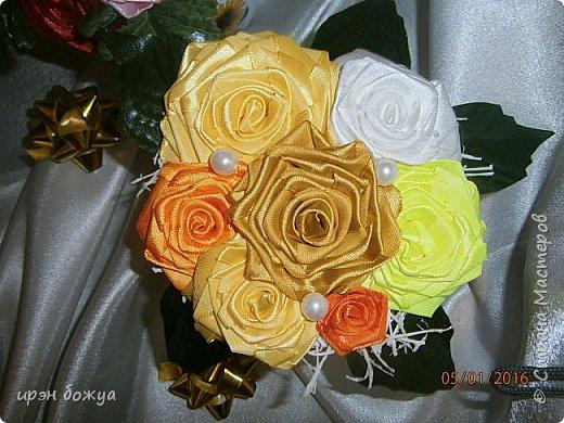 """эти подарки сделаны сотрудницам отдела у которых день рождение в январе:1,5 и 11 числа. Розы сделаны из ленточек, а """"фиалки"""" это готовые цветы. фото 4"""