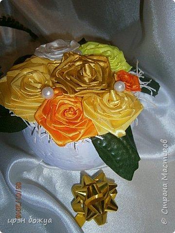 """эти подарки сделаны сотрудницам отдела у которых день рождение в январе:1,5 и 11 числа. Розы сделаны из ленточек, а """"фиалки"""" это готовые цветы. фото 3"""