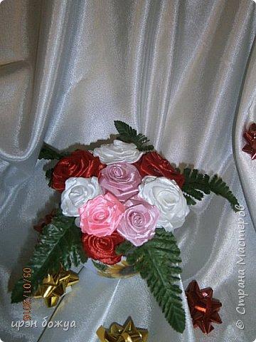 """эти подарки сделаны сотрудницам отдела у которых день рождение в январе:1,5 и 11 числа. Розы сделаны из ленточек, а """"фиалки"""" это готовые цветы. фото 10"""