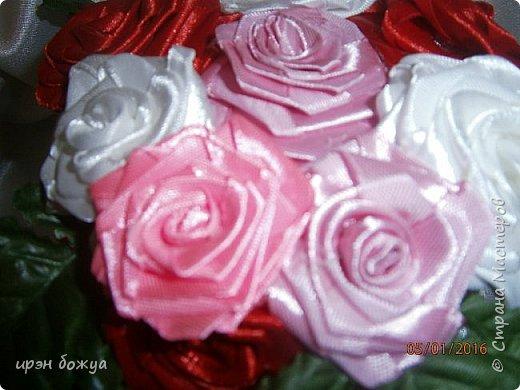 """эти подарки сделаны сотрудницам отдела у которых день рождение в январе:1,5 и 11 числа. Розы сделаны из ленточек, а """"фиалки"""" это готовые цветы. фото 13"""