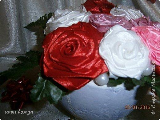 """эти подарки сделаны сотрудницам отдела у которых день рождение в январе:1,5 и 11 числа. Розы сделаны из ленточек, а """"фиалки"""" это готовые цветы. фото 14"""