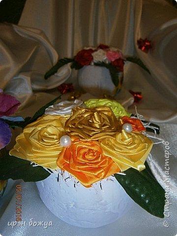 """эти подарки сделаны сотрудницам отдела у которых день рождение в январе:1,5 и 11 числа. Розы сделаны из ленточек, а """"фиалки"""" это готовые цветы. фото 6"""