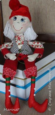 Добрый вечер всем жителям страны мастеров! Для чего нам даны Новогодние каникулы? Правильно-для того , чтобы все каникулы заниматься любимым делом! Хочу показать Вам свои маленькие шажки в творении кукол. Это моя девочка-кошечка. Задумчивая модница.Теперь я совершенно согласна с мастерицами, которые пишут о характере кукол, их капризах и т.д. Так оно и есть. И все смотрят на тебя внимательно-изучают! фото 8