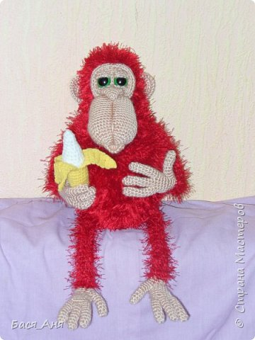 Большая компания обезьян, что родились у меня перед новым годом. Двух обезьян к сожалению сфотать просто не успела.(((.                                                             Вот такой сурьезный обезьян на проволочном каркасе получился.  Банан не пришит, держит его пальцами.