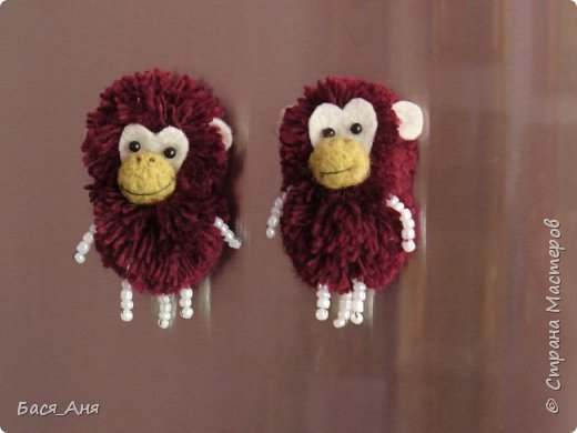 Большая компания обезьян, что родились у меня перед новым годом. Двух обезьян к сожалению сфотать просто не успела.(((.                                                             Вот такой сурьезный обезьян на проволочном каркасе получился.  Банан не пришит, держит его пальцами. фото 3