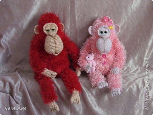 Большая компания обезьян, что родились у меня перед новым годом. Двух обезьян к сожалению сфотать просто не успела.(((.                                                             Вот такой сурьезный обезьян на проволочном каркасе получился.  Банан не пришит, держит его пальцами. фото 6