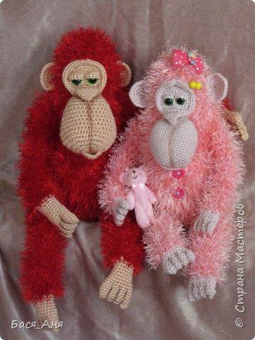 Большая компания обезьян, что родились у меня перед новым годом. Двух обезьян к сожалению сфотать просто не успела.(((.                                                             Вот такой сурьезный обезьян на проволочном каркасе получился.  Банан не пришит, держит его пальцами. фото 7
