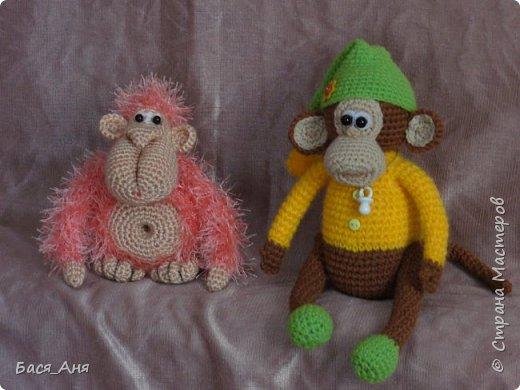 Большая компания обезьян, что родились у меня перед новым годом. Двух обезьян к сожалению сфотать просто не успела.(((.                                                             Вот такой сурьезный обезьян на проволочном каркасе получился.  Банан не пришит, держит его пальцами. фото 8