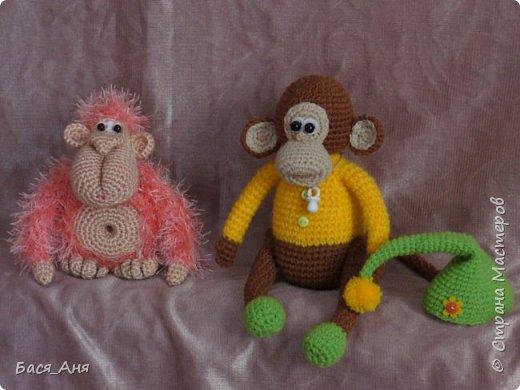 Большая компания обезьян, что родились у меня перед новым годом. Двух обезьян к сожалению сфотать просто не успела.(((.                                                             Вот такой сурьезный обезьян на проволочном каркасе получился.  Банан не пришит, держит его пальцами. фото 9