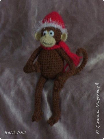Большая компания обезьян, что родились у меня перед новым годом. Двух обезьян к сожалению сфотать просто не успела.(((.                                                             Вот такой сурьезный обезьян на проволочном каркасе получился.  Банан не пришит, держит его пальцами. фото 4