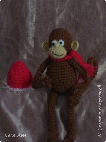 Большая компания обезьян, что родились у меня перед новым годом. Двух обезьян к сожалению сфотать просто не успела.(((.                                                             Вот такой сурьезный обезьян на проволочном каркасе получился.  Банан не пришит, держит его пальцами. фото 5
