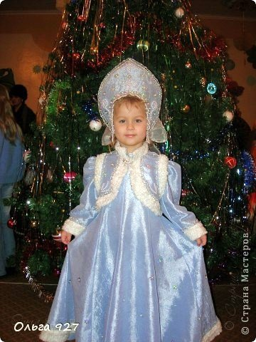 Все костюмы для своей дочурки шила сама. Очень уж ей нравиться занимать почётное 1 место в конкурсе костюмов и получать главный приз. Сказочный костюм ЗАРЯ-ЗАРЯНИЦА. У меня есть девочка, как у утра ЗОРЮШКА, тонкая как деревце, лёгкая как пёрышко... фото 16