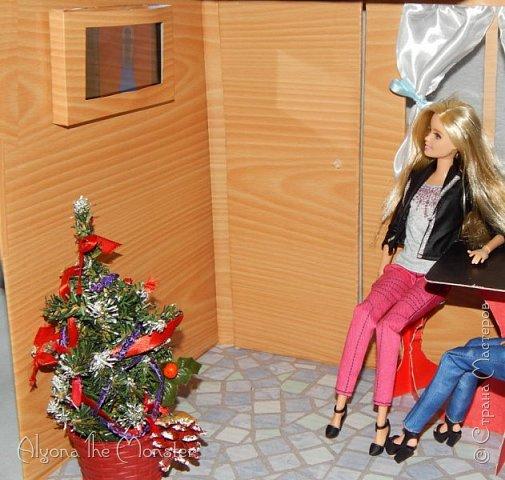 Приветствую всех, кто зашел в гости! Все каникулы я исполняла свою мечту - делала кукольный дом. Это была очень большая и очень сложная работа. Дом сделан из двух почтовых коробок №6, состоит из двух этажей и веранды. фото 21