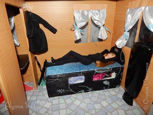 Приветствую всех, кто зашел в гости! Все каникулы я исполняла свою мечту - делала кукольный дом. Это была очень большая и очень сложная работа. Дом сделан из двух почтовых коробок №6, состоит из двух этажей и веранды. фото 5