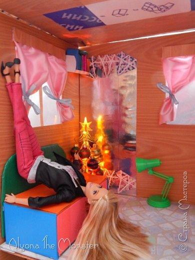 Приветствую всех, кто зашел в гости! Все каникулы я исполняла свою мечту - делала кукольный дом. Это была очень большая и очень сложная работа. Дом сделан из двух почтовых коробок №6, состоит из двух этажей и веранды. фото 17