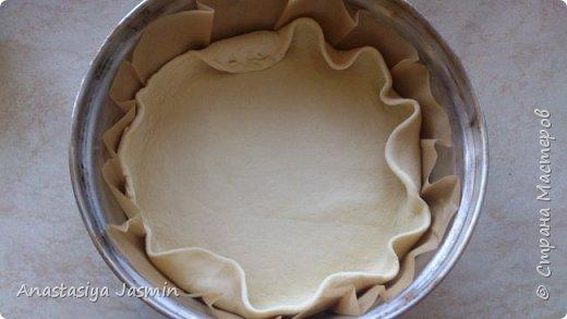 Хочу поделиться рецептом пиццы, которую очень любят мои родные.   Для теста понадобится:  молоко – 150 мл.; оливковое масло – 2 ст. ложки; соль – 1 ч. ложка ; мука пшеничная – 270 г.; дрожжи сухие – 1 ч. ложка. Этого теста хватит на две пиццы (для формы 22 см).  Для начинки:  сосиски – 400 г.; огурцы маринованные или маринованные шампиньоны – 1 огурец или 10 грибочков; лук крымский – ½  луковицы; вареное яйцо – 1 штука; помидор – 1 штука; сыр – 150 г.  Для соуса:  сметана – 3 ст. ложки; майонез – 2 ст. ложки; чеснок – 1 зубчик; базилик сушеный – щепотка; кетчуп - 3 ст. ложки.  фото 2