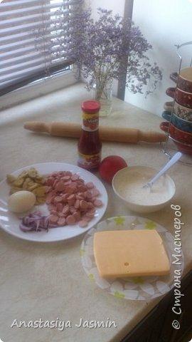 Хочу поделиться рецептом пиццы, которую очень любят мои родные.   Для теста понадобится:  молоко – 150 мл.; оливковое масло – 2 ст. ложки; соль – 1 ч. ложка ; мука пшеничная – 270 г.; дрожжи сухие – 1 ч. ложка. Этого теста хватит на две пиццы (для формы 22 см).  Для начинки:  сосиски – 400 г.; огурцы маринованные или маринованные шампиньоны – 1 огурец или 10 грибочков; лук крымский – ½  луковицы; вареное яйцо – 1 штука; помидор – 1 штука; сыр – 150 г.  Для соуса:  сметана – 3 ст. ложки; майонез – 2 ст. ложки; чеснок – 1 зубчик; базилик сушеный – щепотка; кетчуп - 3 ст. ложки.  фото 8