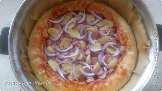 Хочу поделиться рецептом пиццы, которую очень любят мои родные.   Для теста понадобится:  молоко – 150 мл.; оливковое масло – 2 ст. ложки; соль – 1 ч. ложка ; мука пшеничная – 270 г.; дрожжи сухие – 1 ч. ложка. Этого теста хватит на две пиццы (для формы 22 см).  Для начинки:  сосиски – 400 г.; огурцы маринованные или маринованные шампиньоны – 1 огурец или 10 грибочков; лук крымский – ½  луковицы; вареное яйцо – 1 штука; помидор – 1 штука; сыр – 150 г.  Для соуса:  сметана – 3 ст. ложки; майонез – 2 ст. ложки; чеснок – 1 зубчик; базилик сушеный – щепотка; кетчуп - 3 ст. ложки.  фото 10