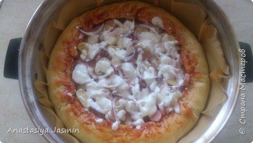 Хочу поделиться рецептом пиццы, которую очень любят мои родные.   Для теста понадобится:  молоко – 150 мл.; оливковое масло – 2 ст. ложки; соль – 1 ч. ложка ; мука пшеничная – 270 г.; дрожжи сухие – 1 ч. ложка. Этого теста хватит на две пиццы (для формы 22 см).  Для начинки:  сосиски – 400 г.; огурцы маринованные или маринованные шампиньоны – 1 огурец или 10 грибочков; лук крымский – ½  луковицы; вареное яйцо – 1 штука; помидор – 1 штука; сыр – 150 г.  Для соуса:  сметана – 3 ст. ложки; майонез – 2 ст. ложки; чеснок – 1 зубчик; базилик сушеный – щепотка; кетчуп - 3 ст. ложки.  фото 11
