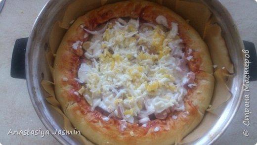 Хочу поделиться рецептом пиццы, которую очень любят мои родные.   Для теста понадобится:  молоко – 150 мл.; оливковое масло – 2 ст. ложки; соль – 1 ч. ложка ; мука пшеничная – 270 г.; дрожжи сухие – 1 ч. ложка. Этого теста хватит на две пиццы (для формы 22 см).  Для начинки:  сосиски – 400 г.; огурцы маринованные или маринованные шампиньоны – 1 огурец или 10 грибочков; лук крымский – ½  луковицы; вареное яйцо – 1 штука; помидор – 1 штука; сыр – 150 г.  Для соуса:  сметана – 3 ст. ложки; майонез – 2 ст. ложки; чеснок – 1 зубчик; базилик сушеный – щепотка; кетчуп - 3 ст. ложки.  фото 12