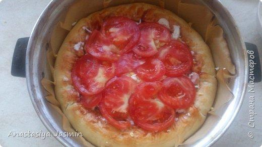 Хочу поделиться рецептом пиццы, которую очень любят мои родные.   Для теста понадобится:  молоко – 150 мл.; оливковое масло – 2 ст. ложки; соль – 1 ч. ложка ; мука пшеничная – 270 г.; дрожжи сухие – 1 ч. ложка. Этого теста хватит на две пиццы (для формы 22 см).  Для начинки:  сосиски – 400 г.; огурцы маринованные или маринованные шампиньоны – 1 огурец или 10 грибочков; лук крымский – ½  луковицы; вареное яйцо – 1 штука; помидор – 1 штука; сыр – 150 г.  Для соуса:  сметана – 3 ст. ложки; майонез – 2 ст. ложки; чеснок – 1 зубчик; базилик сушеный – щепотка; кетчуп - 3 ст. ложки.  фото 13
