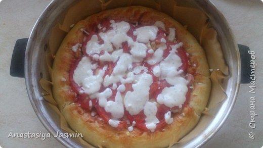 Хочу поделиться рецептом пиццы, которую очень любят мои родные.   Для теста понадобится:  молоко – 150 мл.; оливковое масло – 2 ст. ложки; соль – 1 ч. ложка ; мука пшеничная – 270 г.; дрожжи сухие – 1 ч. ложка. Этого теста хватит на две пиццы (для формы 22 см).  Для начинки:  сосиски – 400 г.; огурцы маринованные или маринованные шампиньоны – 1 огурец или 10 грибочков; лук крымский – ½  луковицы; вареное яйцо – 1 штука; помидор – 1 штука; сыр – 150 г.  Для соуса:  сметана – 3 ст. ложки; майонез – 2 ст. ложки; чеснок – 1 зубчик; базилик сушеный – щепотка; кетчуп - 3 ст. ложки.  фото 14