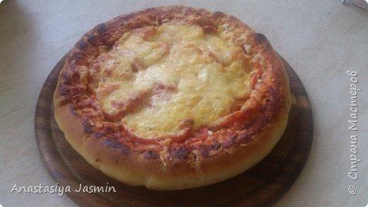 Хочу поделиться рецептом пиццы, которую очень любят мои родные.   Для теста понадобится:  молоко – 150 мл.; оливковое масло – 2 ст. ложки; соль – 1 ч. ложка ; мука пшеничная – 270 г.; дрожжи сухие – 1 ч. ложка. Этого теста хватит на две пиццы (для формы 22 см).  Для начинки:  сосиски – 400 г.; огурцы маринованные или маринованные шампиньоны – 1 огурец или 10 грибочков; лук крымский – ½  луковицы; вареное яйцо – 1 штука; помидор – 1 штука; сыр – 150 г.  Для соуса:  сметана – 3 ст. ложки; майонез – 2 ст. ложки; чеснок – 1 зубчик; базилик сушеный – щепотка; кетчуп - 3 ст. ложки.  фото 16