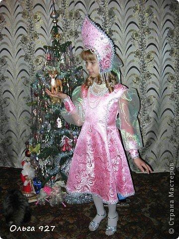 Все костюмы для своей дочурки шила сама. Очень уж ей нравиться занимать почётное 1 место в конкурсе костюмов и получать главный приз. Сказочный костюм ЗАРЯ-ЗАРЯНИЦА. У меня есть девочка, как у утра ЗОРЮШКА, тонкая как деревце, лёгкая как пёрышко... фото 10