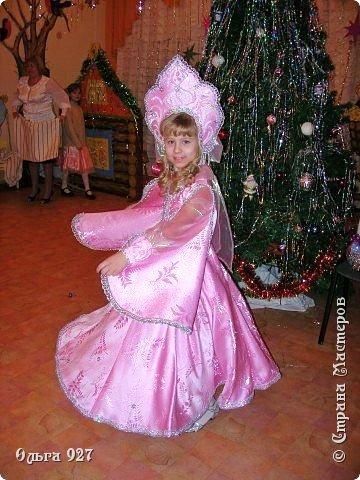 Все костюмы для своей дочурки шила сама. Очень уж ей нравиться занимать почётное 1 место в конкурсе костюмов и получать главный приз. Сказочный костюм ЗАРЯ-ЗАРЯНИЦА. У меня есть девочка, как у утра ЗОРЮШКА, тонкая как деревце, лёгкая как пёрышко... фото 2