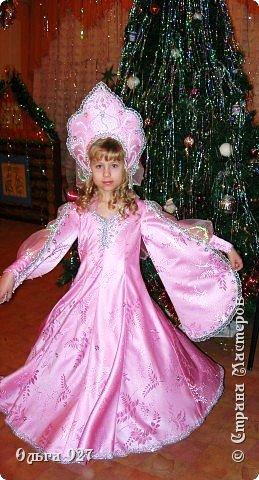 Все костюмы для своей дочурки шила сама. Очень уж ей нравиться занимать почётное 1 место в конкурсе костюмов и получать главный приз. Сказочный костюм ЗАРЯ-ЗАРЯНИЦА. У меня есть девочка, как у утра ЗОРЮШКА, тонкая как деревце, лёгкая как пёрышко... фото 1