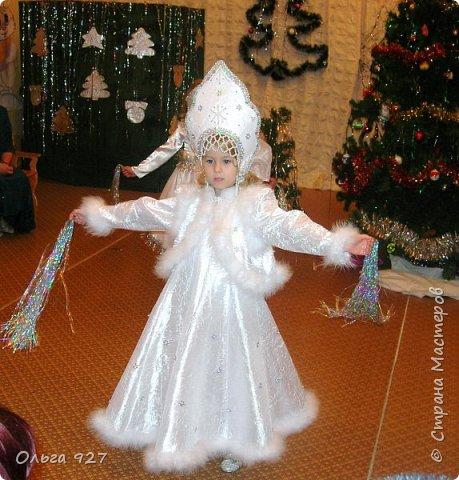 Все костюмы для своей дочурки шила сама. Очень уж ей нравиться занимать почётное 1 место в конкурсе костюмов и получать главный приз. Сказочный костюм ЗАРЯ-ЗАРЯНИЦА. У меня есть девочка, как у утра ЗОРЮШКА, тонкая как деревце, лёгкая как пёрышко... фото 12