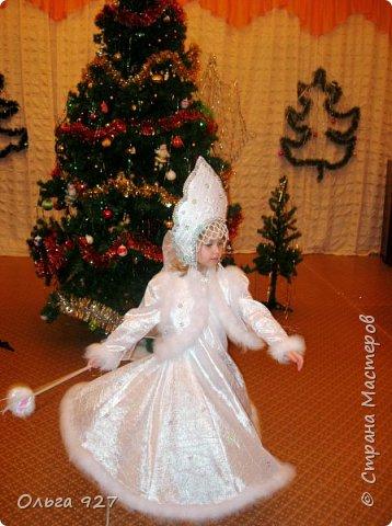 Все костюмы для своей дочурки шила сама. Очень уж ей нравиться занимать почётное 1 место в конкурсе костюмов и получать главный приз. Сказочный костюм ЗАРЯ-ЗАРЯНИЦА.   У меня есть девочка, как у утра ЗОРЮШКА, тонкая как деревце, лёгкая как пёрышко... фото 14
