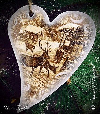 Доброго аам дня! Со Старым Новым годом всех! Еще немного новогодних работ. С опозданиием правда,опять мой комп не дает мне нормально общаться. Это интерьерные подвески,игрушки на елку и расчески в подарок. Прошу посмотреть.