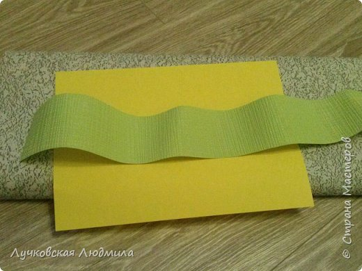 Давно мечтала сделать, календарь своими руками, вот и придумала как это можно осуществить, делюсь идеей. Нам понадобится: - плотный картон ( подойдет коробки из под обуви) - обои - клей ПВА, клей карандаш, титан или момент - бумага 2-х цветов - бумага белая - ленты 2 цвета - бусинки для украшения - спичечный коробок - свечка - ножницы - линейка - вилка - циркуль или пробка нужного диаметра, - спеплер или скрепки. фото 4