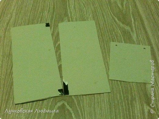 Давно мечтала сделать, календарь своими руками, вот и придумала как это можно осуществить, делюсь идеей. Нам понадобится: - плотный картон ( подойдет коробки из под обуви) - обои - клей ПВА, клей карандаш, титан или момент - бумага 2-х цветов - бумага белая - ленты 2 цвета - бусинки для украшения - спичечный коробок - свечка - ножницы - линейка - вилка - циркуль или пробка нужного диаметра, - спеплер или скрепки. фото 7