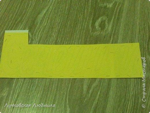 Давно мечтала сделать, календарь своими руками, вот и придумала как это можно осуществить, делюсь идеей. Нам понадобится: - плотный картон ( подойдет коробки из под обуви) - обои - клей ПВА, клей карандаш, титан или момент - бумага 2-х цветов - бумага белая - ленты 2 цвета - бусинки для украшения - спичечный коробок - свечка - ножницы - линейка - вилка - циркуль или пробка нужного диаметра, - спеплер или скрепки. фото 12