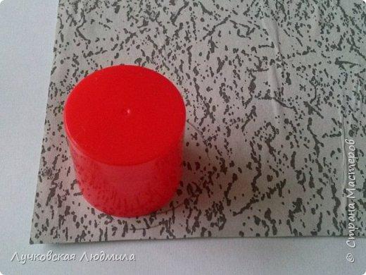 Давно мечтала сделать, календарь своими руками, вот и придумала как это можно осуществить, делюсь идеей. Нам понадобится: - плотный картон ( подойдет коробки из под обуви) - обои - клей ПВА, клей карандаш, титан или момент - бумага 2-х цветов - бумага белая - ленты 2 цвета - бусинки для украшения - спичечный коробок - свечка - ножницы - линейка - вилка - циркуль или пробка нужного диаметра, - спеплер или скрепки. фото 14