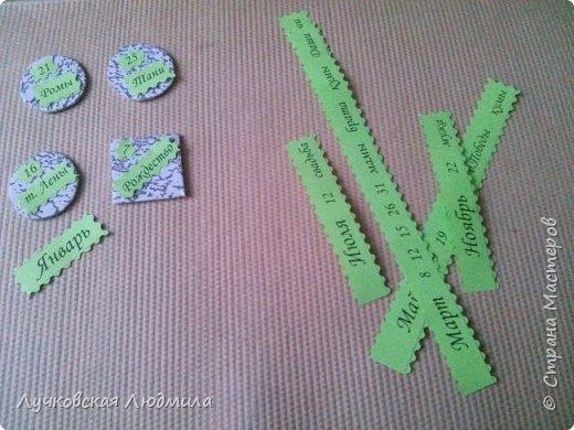 Давно мечтала сделать, календарь своими руками, вот и придумала как это можно осуществить, делюсь идеей. Нам понадобится: - плотный картон ( подойдет коробки из под обуви) - обои - клей ПВА, клей карандаш, титан или момент - бумага 2-х цветов - бумага белая - ленты 2 цвета - бусинки для украшения - спичечный коробок - свечка - ножницы - линейка - вилка - циркуль или пробка нужного диаметра, - спеплер или скрепки. фото 18