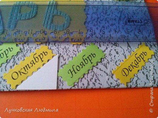 Давно мечтала сделать, календарь своими руками, вот и придумала как это можно осуществить, делюсь идеей. Нам понадобится: - плотный картон ( подойдет коробки из под обуви) - обои - клей ПВА, клей карандаш, титан или момент - бумага 2-х цветов - бумага белая - ленты 2 цвета - бусинки для украшения - спичечный коробок - свечка - ножницы - линейка - вилка - циркуль или пробка нужного диаметра, - спеплер или скрепки. фото 22